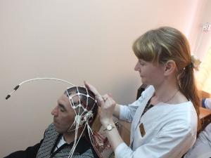 врач функциональной диагностики Бутрименко проводит ЭЭГ