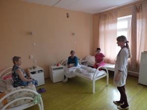 заведующий терапевтическим отделением Бутрименко проводит беседу с пациентами